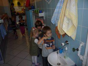 Na zdjęciach prezentują jak prawidłowo myją ręce i zęby