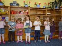 """Najmłodsze dzieci z grupy """"Misie"""" grają na przedmiotach codziennego użytku"""