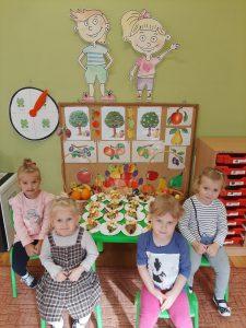 """Dzieci z grupy KOTKI wykonują """"owocowe jeżyki""""."""